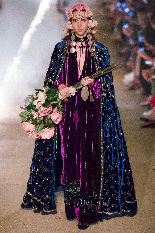 9619dff1d El maximalismo acostumbrado, peinados altos y un camino de fuego fueron  parte del show de Gucci en Arles, Francia. Esta temporada, Alessandro  Michele mostró ...