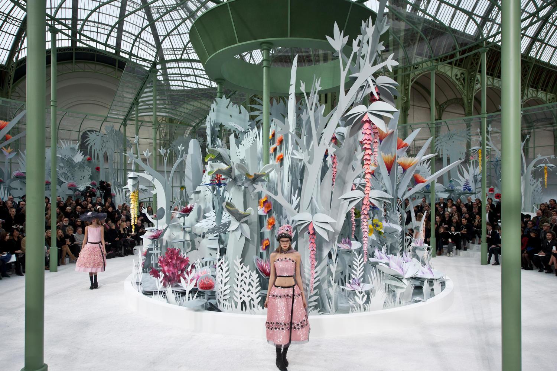 Los espectaculares sets para desfiles de Etienne Russo y Villa Eugénie