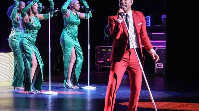Los looks de John Legend en su gira Navideña