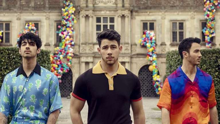 El regreso de los Jonas Brothers con un video protagonizado por sus parejas y con una estética impresionante