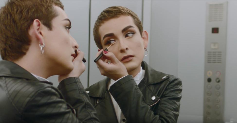 """Entrevista a Matías Olivares, el primer hombre rostro de una marca de maquillaje en Chile: """"Con esto cumplí un sueño que se me hacia muy lejano y que muchas personas me decían que jamás ocurriría. A ellas les mando un beso a la distancia"""""""