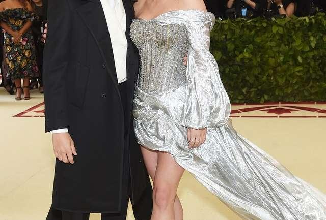 Los mejores looks en la alfombra roja de Lili Reinhart y Cole Sprouse