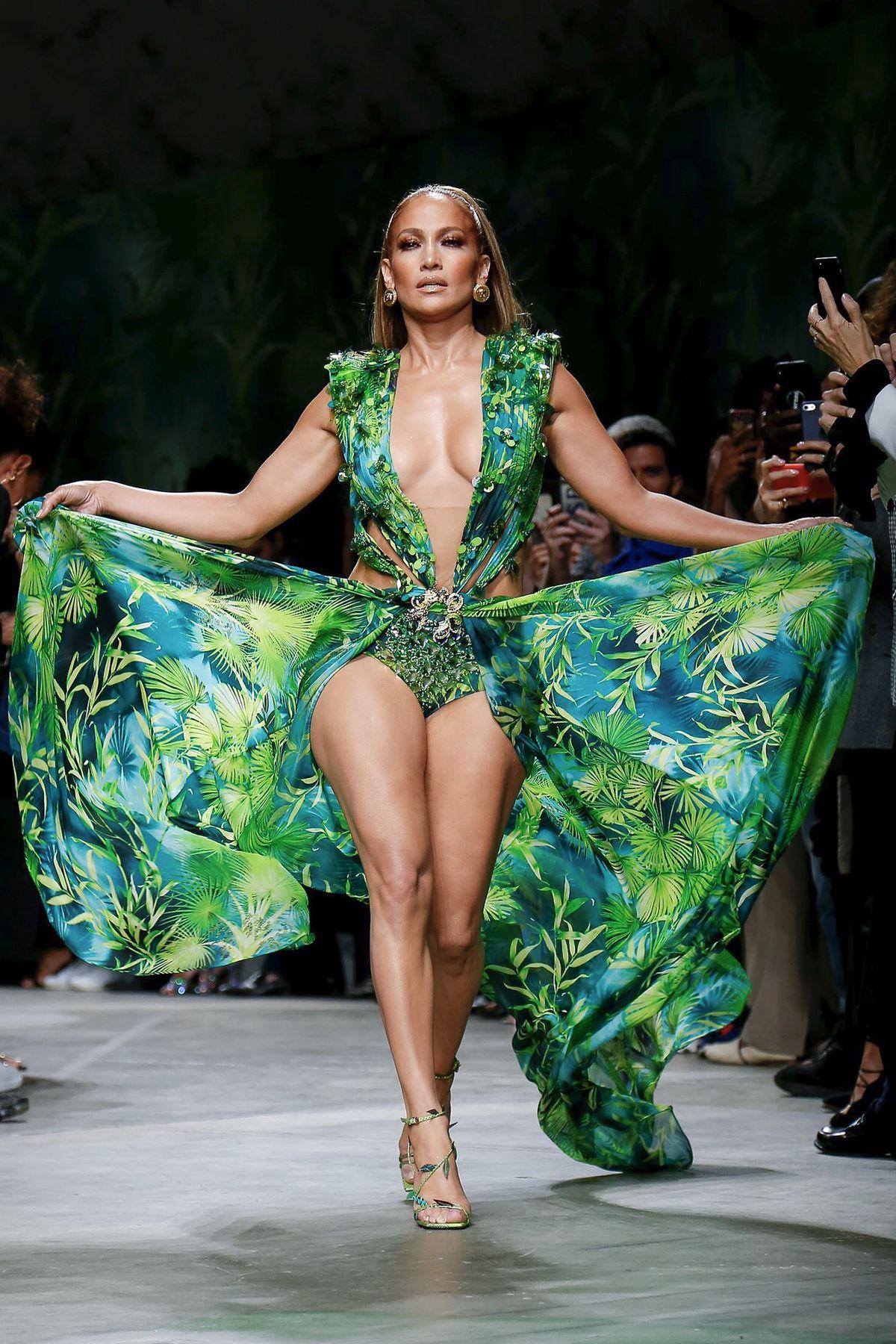 Jennifer Lopez y la celebración del estampado Jungla en Versace S/S 2020