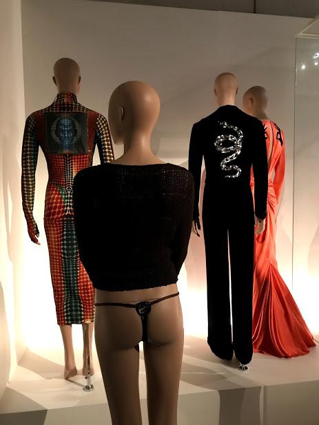 Backside/Fashion from behind, la exhibición que muestra las espaldas de la moda