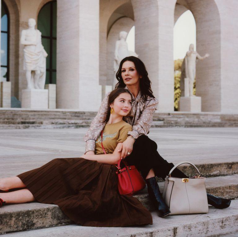 La nueva campaña de Fendi protagonizada por Catherine Zeta-Jones y su hija Carys