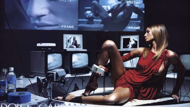 A propósito de Versace, el homenaje de las campañas de moda a la tecnología