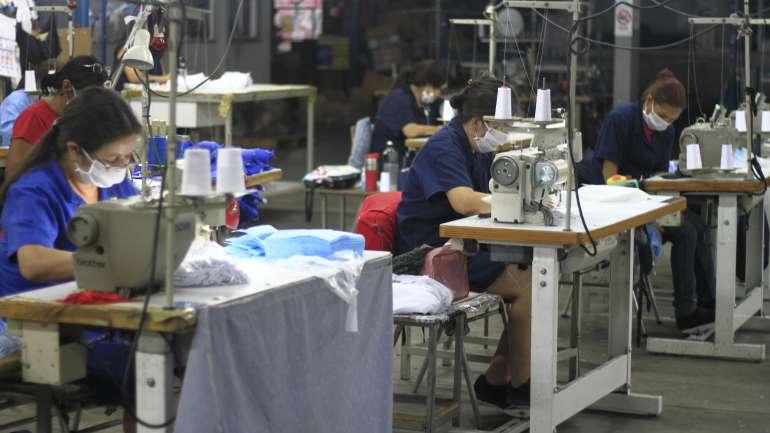Efesis y Cacao dejan la moda de lado para fabricar uniformes clínicos