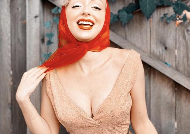 Conociendo a Jasmine Chiswell, la tiktoker que recrea looks de los años 50's
