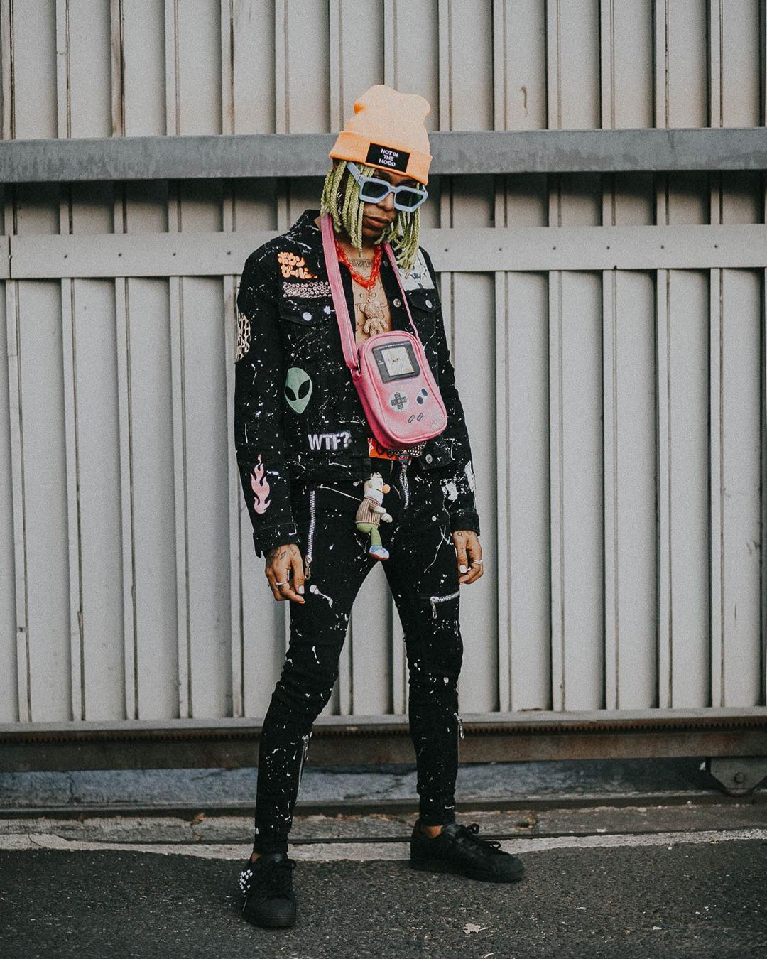 Gafas extravagantes y muchos colores: el estilo del artista urbano Lalo Ebratt, quien por estos días está estrenando nuevo tema