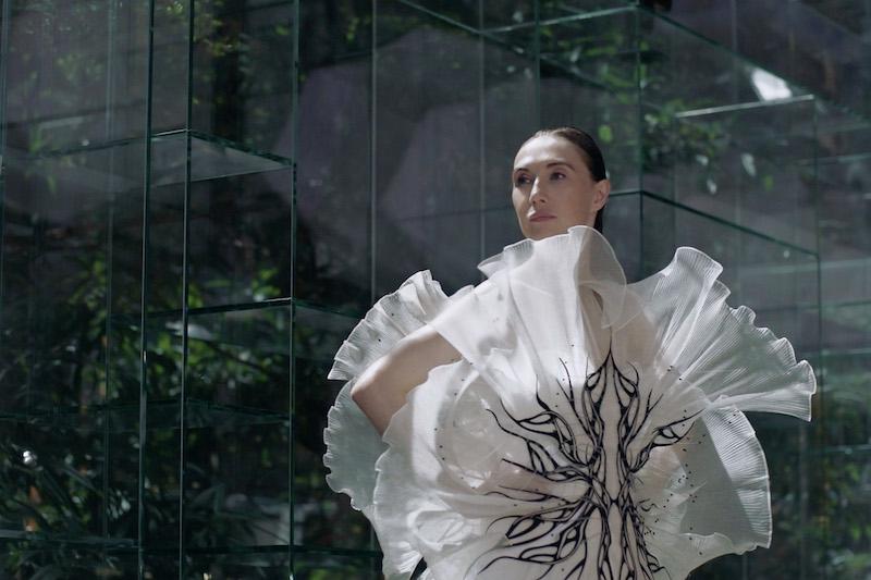 Transmotion: el fashion film de Iris Van Herpen protagonizado por Carice Van Houten
