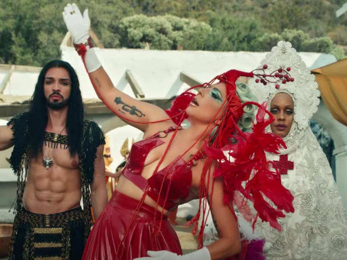 """Los looks de maquillaje en el video """"911"""" de Lady Gaga"""