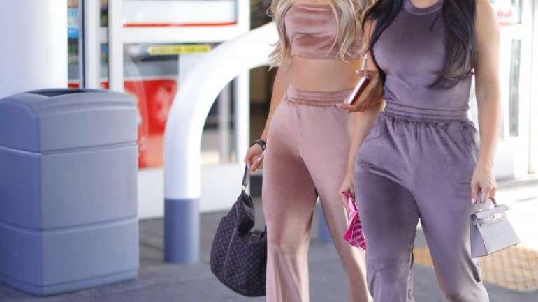 "Kim Kardashian y Paris Hilton protagonizan la campaña ""Velour"" de Skims"