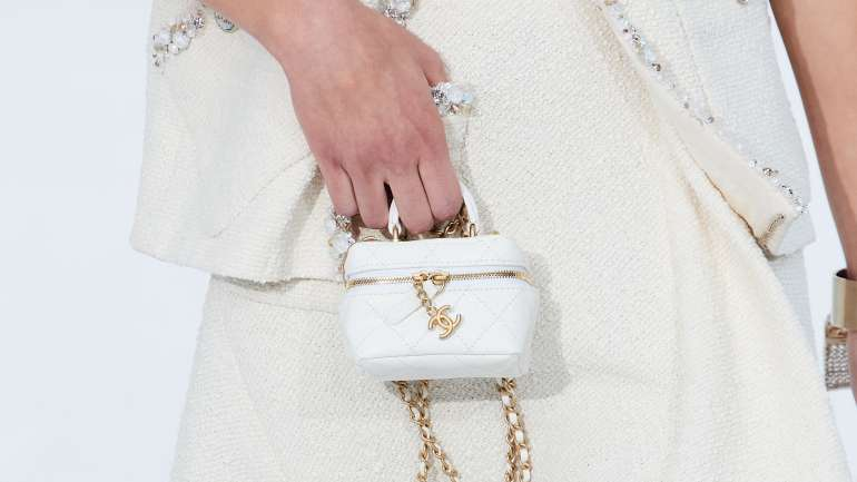 Las mini carteras de Chanel en Paris Fashion Week