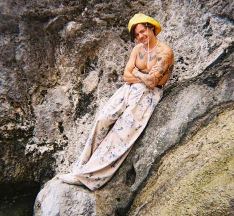Steven Stokey-Daley: el diseñador detrás de algunos looks de Harry Styles en el video Golden