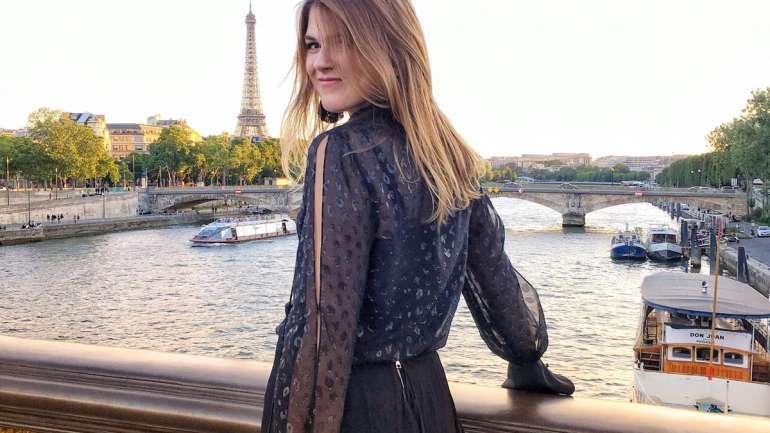 Josefina en París, la chilena que, al estilo de Emily Cooper, llegó a la Ciudad de la Luz para destacar con su trabajo en moda