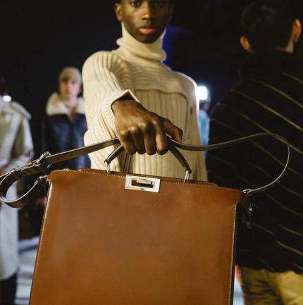 Las bolsas en la pasarela masculina Otoño/Invierno 2021 de Fendi
