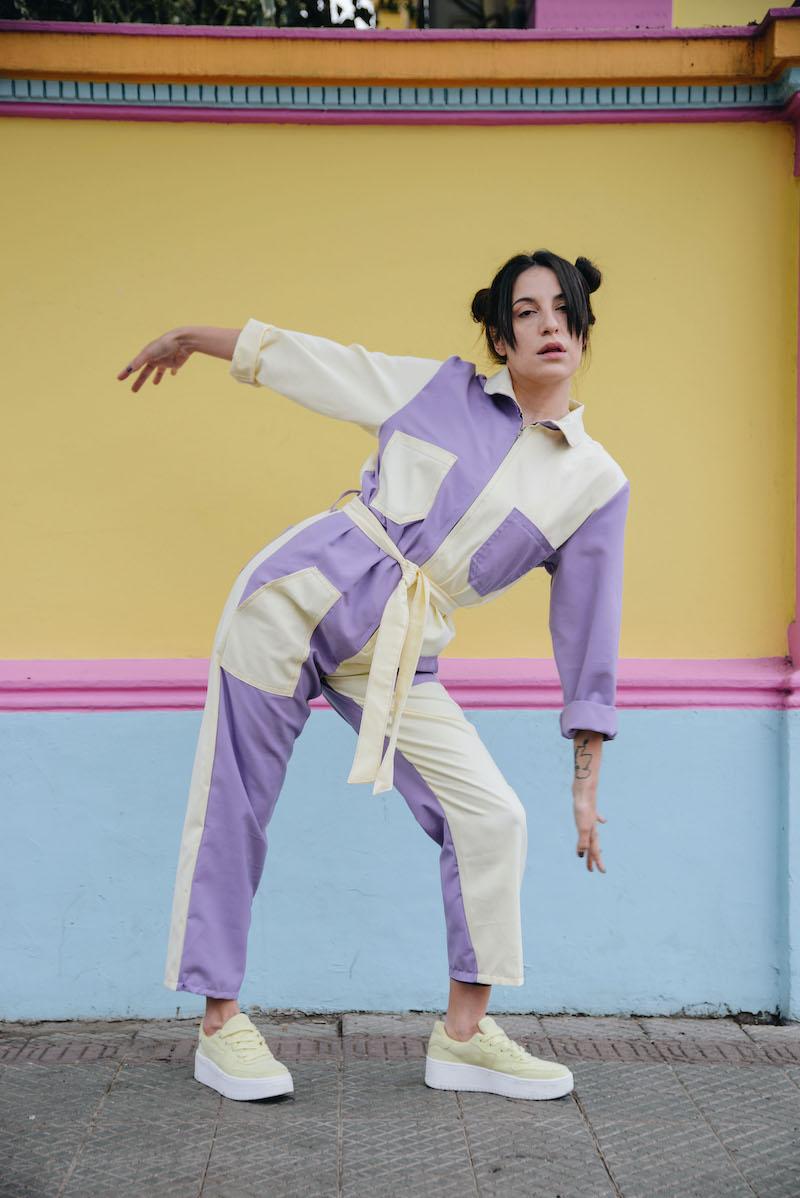 La reinvención del overol: Andrea de la Horra y sus piezas de arte en una prenda clásica