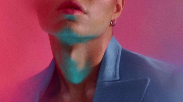 "Una editorial con Jonah Xiao, cantante chileno: ""A mí me hizo mucha falta tener algún referente musical como yo al crecer, tanto por ser lgbt o por lo moreno/latino"""